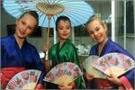 Девочки в японских национальных костюмах. Открыть в новом окне [93Kb]