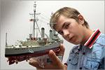 Антон Парфёнов с английским лёгким крейсером 'Аврора'. Открыть в новом окне [127Kb]
