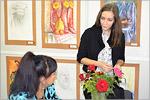 Педагог дополнительного образования Е.И. Дмитриева ведет запись в студию «Рисунок, живопись, дизайн»