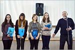 Награждение победителей и призёров в номинации «Рисунок», дипломы вручает доцент кафедры дизайна ОГУ Геннадий Гладышев