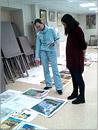 Педагоги дополнительного образования Е.И. Галиева и И.А. Кравченко оценивают работы обучающихся (иногородние) направления «Архитектура» и «Дизайн»