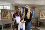 Диплом Морозовой Анне вручает педагог А.Г.Гладышева