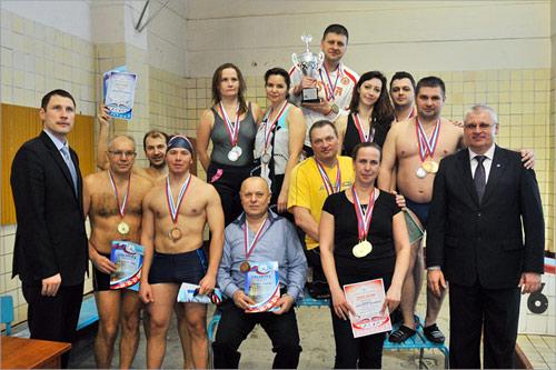 Награждение победителей соревнований по плаванию