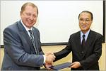 Подписание договора. В. Ковалевский и президент Университета Хиросимы Т. Асахара, 2010 год. Открыть в новом окне [58Kb]
