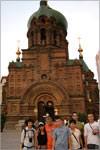 На фоне православного храма в Харбине. Открыть в новом окне [58,4 Kb]