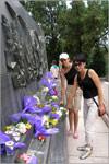 Возложение цветов на могилу советских солдат в Порт-Артуре. Открыть в новом окне [81 Kb]