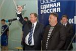 О. Ситников вручил В. Ковалевскому символический ключ. Открыть в новом окне [60 Kb]