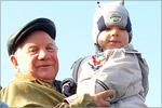 Завкафедрой ЛА, советник гендиректора ПО 'Стрела' Д.А.Тараков с правнуком на трибуне. Открыть в новом окне [74Kb]