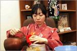 Рэна Китахама проводит чайную церемонию. Открыть в новом окне [78Kb]