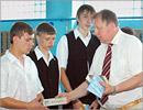 В. Ковалевский с воспитанниками детского дома. Открыть в новом окне [72 Kb]