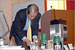 Ивамото Сигеру демонстрирует кофемашину. Открыть в новом окне [66Kb]