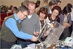 Участники семинара рассматривают тофу-машину. Открыть в новом окне [79Kb]