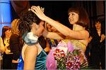 Корону победительнице вручает Надежда Бобылева, 'мисс ОГУ— 2009'. Открыть в новом окне [89Kb]