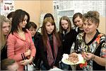 Светлана Стадникова со школьниками. Открыть в новом окне [76 Kb]