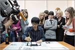 Рётаро Кобаяси проводит мастер-класс по каллиграфии. Открыть в новом окне [87 Kb]