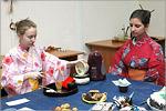 Екатерина Дмитриевская проводит чайную церемонию. Открыть в новом окне [90Kb]