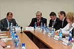 Во главе стола— Владимир Ковалевский и Юрий Мищеряков. Открыть в новом окне [76 Kb]