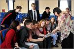 Наталья Голубинская показывает студентам японские ноты. Открыть в новом окне [78 Kb]
