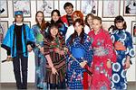 Слушатели курсов японского языка с преподавателем Томоко Исибаси. Открыть в новом окне [95 Kb]