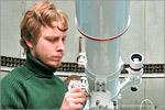 Алексей Григорьев настраивает телескоп Bresser. Открыть в новом окне [79 Kb]