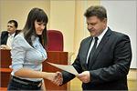 Сергей Гаврилин вручает выпускникам сертификаты. Открыть в новом окне [52 Kb]