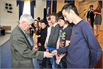 Петр Панкратьев вручает первокурсникам сувениры. Открыть в новом окне [75 Kb]