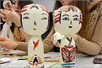 Роспись традиционной японской куклы кокэси. Открыть в новом окне [95Kb]