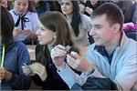 Студенты складывают оригами. Открыть в новом окне [76 Kb]