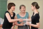 Мария Меркель и Ангелика Йодль вручают сертификат DSH. Открыть в новом окне [66 Kb]