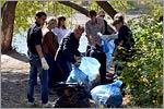 Уборка мусора на территории прибрежной зоны Урала. Открыть в новом окне [77 Kb]