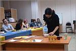 Преподаватель Японского информационного центра Мэгуми Китамура проводит чайную церемонию. Открыть в новом окне [137 Kb]