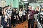 Александр Поляков, завкафедрой ТММСК, проводит экскурсию для старшеклассников. Открыть в новом окне [142 Kb]