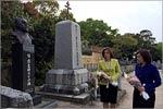 Возложение цветов на кладбище русских солдат, г.Мацуяма