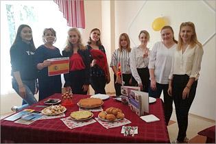 Студенты, изучающие испанский язык, на мероприятии «Кухни народов мира»