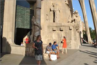 Л.Е. Ильина у собора Sagrada familia