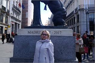 Л.Е. Ильина на площади Пуэрта-дель-Соль. Медведь и земляничное дерево— символ Мадрида